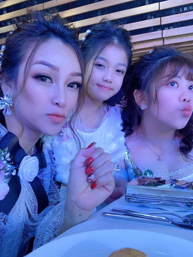 Giữa tâm bão drama vợ 2 của bố, con gái Minh Nhựa gây khó hiểu khi đăng ảnh ngày xưa 4 mẹ con vui vẻ bên nhau - Ảnh 3.