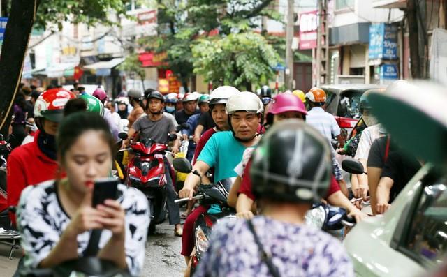 Hà Nội: Chen nhau xếp hàng mua bánh Trung thu khiến phố Thụy Khuê ùn tắc nghiêm trọng - Ảnh 3.