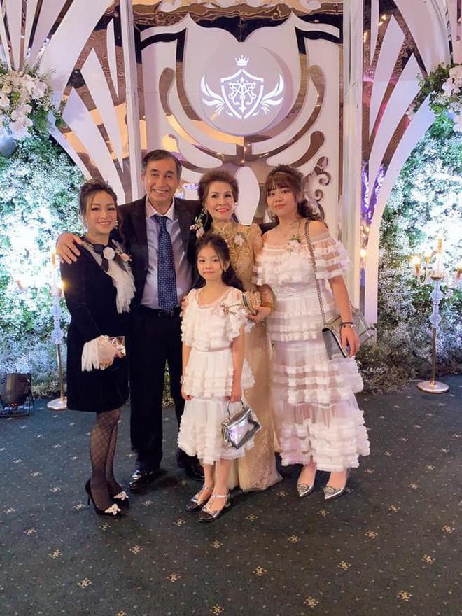 Giữa tâm bão drama vợ 2 của bố, con gái Minh Nhựa gây khó hiểu khi đăng ảnh ngày xưa 4 mẹ con vui vẻ bên nhau - Ảnh 4.