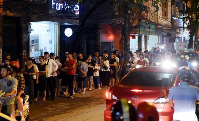 Hà Nội: Chen nhau xếp hàng mua bánh Trung thu khiến phố Thụy Khuê ùn tắc nghiêm trọng - Ảnh 4.