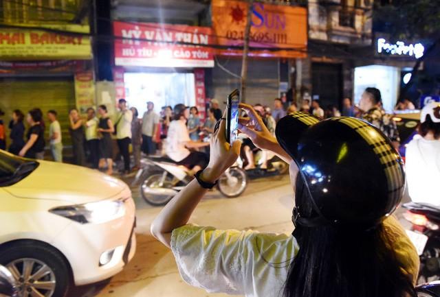 Hà Nội: Chen nhau xếp hàng mua bánh Trung thu khiến phố Thụy Khuê ùn tắc nghiêm trọng - Ảnh 5.