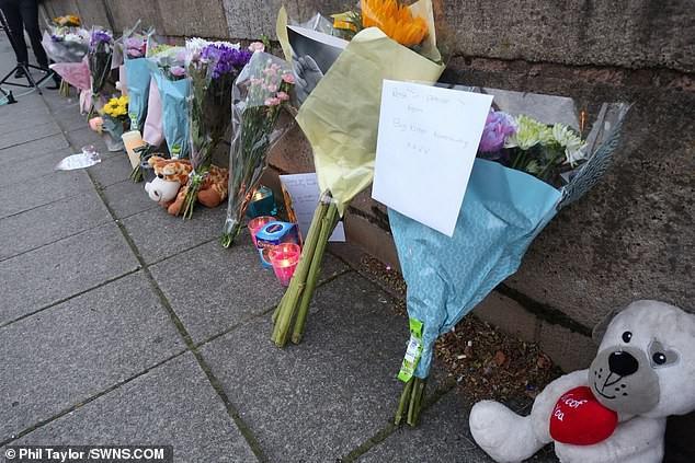 Các bó hoa và những món đồ chơi đã được người dân địa phương đem đặt tại nơi sông Irwell nhằm tỏ lòng thương xót cho cậu bé đáng thương.