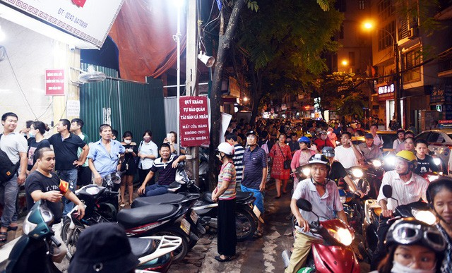 Hà Nội: Chen nhau xếp hàng mua bánh Trung thu khiến phố Thụy Khuê ùn tắc nghiêm trọng - Ảnh 7.