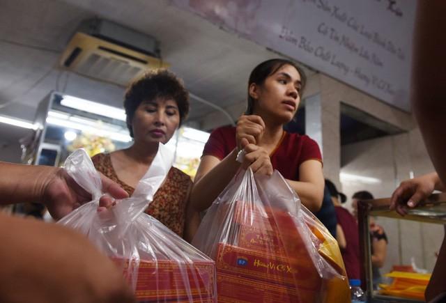 Hà Nội: Chen nhau xếp hàng mua bánh Trung thu khiến phố Thụy Khuê ùn tắc nghiêm trọng - Ảnh 9.