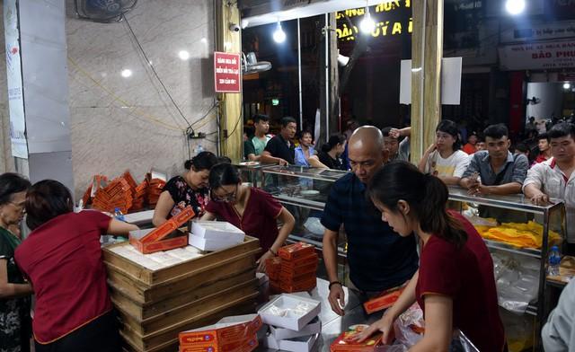 Hà Nội: Chen nhau xếp hàng mua bánh Trung thu khiến phố Thụy Khuê ùn tắc nghiêm trọng - Ảnh 10.