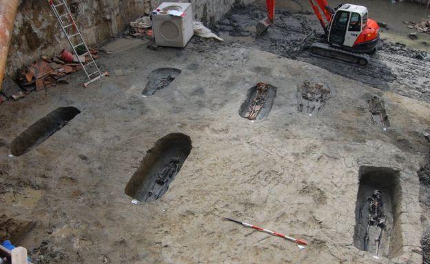 Bộ xương cổ đại Lovers of Modena được xác định là... hai người đàn ông - Ảnh 1.