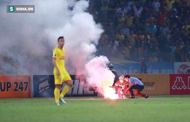 Hà Nội FC và Nam Định chính thức nhận án phạt nặng vì sự cố pháo sáng ở Hàng Đẫy - Ảnh 1.