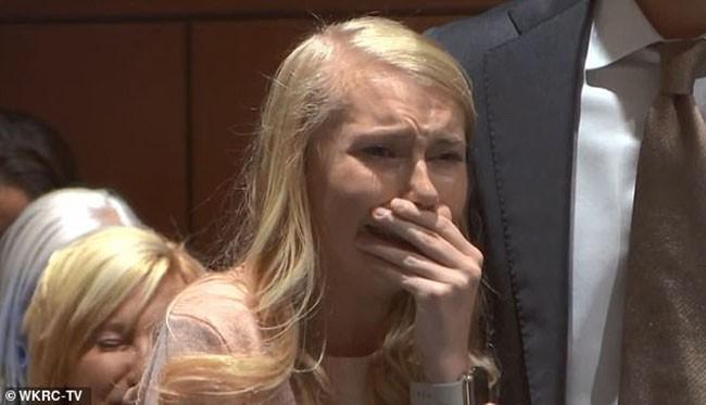 Hot girl xinh đẹp bị nghi giết con mới đẻ rồi thiêu xác phi tang bật khóc khi nghe phán quyết cuối cùng của tòa án - Ảnh 1.