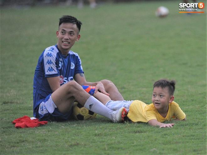 Con trai tiền vệ Thành Lương chiếm trọn spotlight ở sân tập bởi sự tinh nghịch, đáng yêu - Ảnh 6.