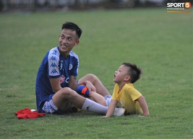 Con trai tiền vệ Thành Lương chiếm trọn spotlight ở sân tập bởi sự tinh nghịch, đáng yêu - Ảnh 7.