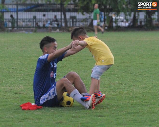 Con trai tiền vệ Thành Lương chiếm trọn spotlight ở sân tập bởi sự tinh nghịch, đáng yêu - Ảnh 8.