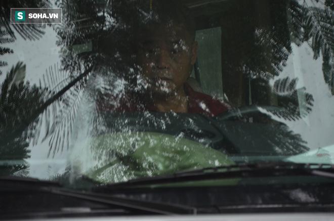 [CẬP NHẬT] Tài xế Doãn Quý Phiến đang thực nghiệm hiện trường vụ bé trai trường Gateway tử vong - Ảnh 1.