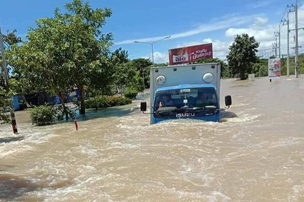 32 người thiệt mạng, hàng chục nghìn người phải sơ tán do mưa lũ tại Thái Lan - Ảnh 1.