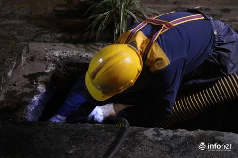 Xuyên đêm hút bùn, khơi thông hệ thống thoát nước quanh Công ty Rạng Đông - Ảnh 7.