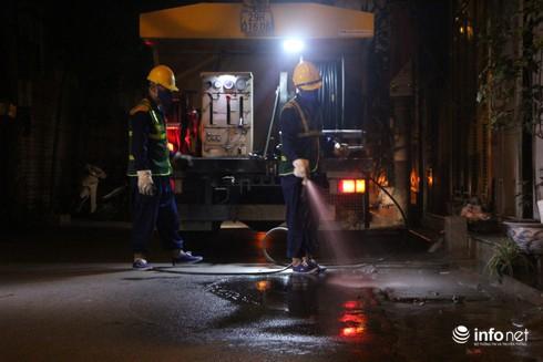 Xuyên đêm hút bùn, khơi thông hệ thống thoát nước quanh Công ty Rạng Đông - Ảnh 10.