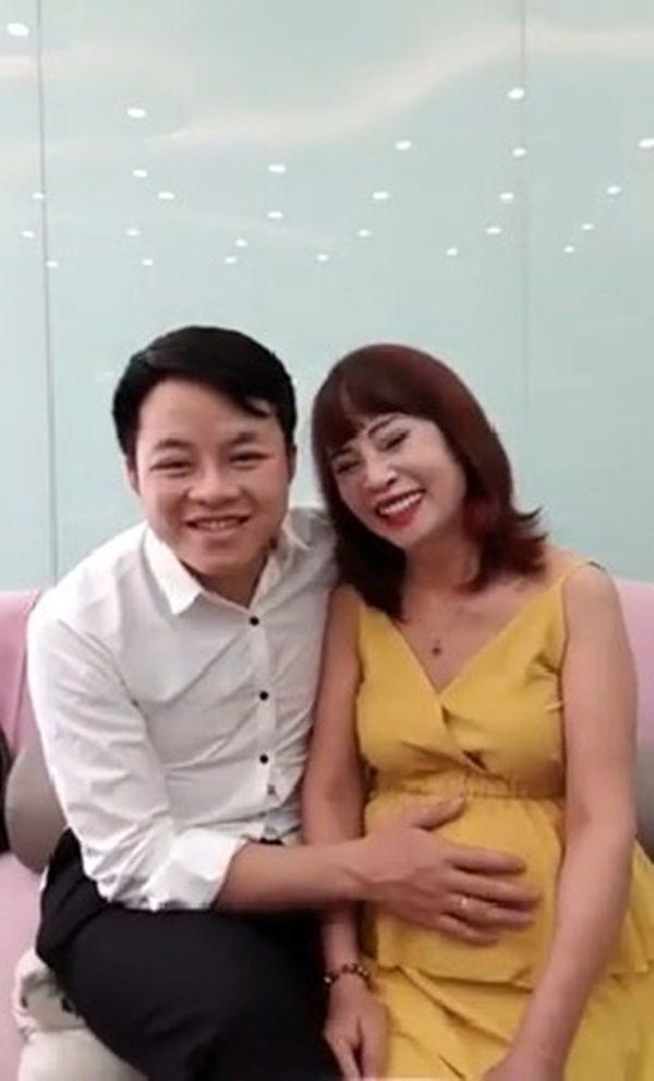 """Bất ngờ trước ngoại hình """"tã"""" đi trông thấy của trai trẻ 27 tuổi sau 1 năm lấy vợ 62 tuổi ở Cao Bằng từng gây bão mạng - Ảnh 1."""