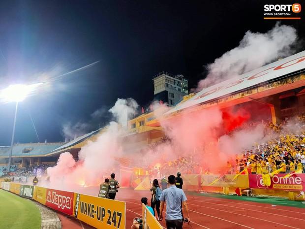 HLV CLB Nam Định chia sẻ nguyên nhân sâu xa dẫn đến scandal đốt pháo tệ nhất lịch sử V.League - Ảnh 2.