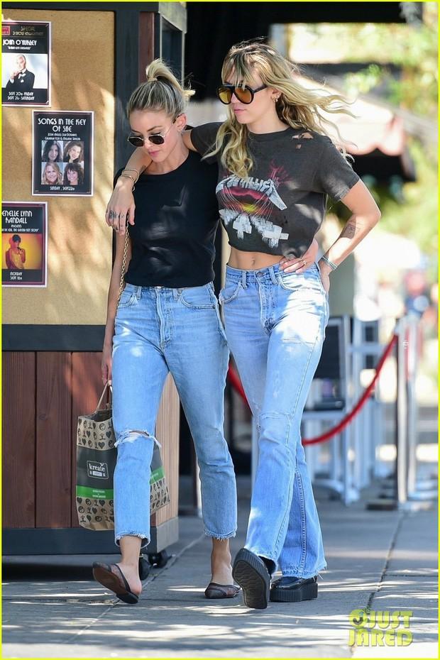 Miley Cyrus và bạn gái tin đồn vô tư khoác vai nhau dạo phố, vòng eo sexy của Miley nổi bật nhất khung hình - Ảnh 4.