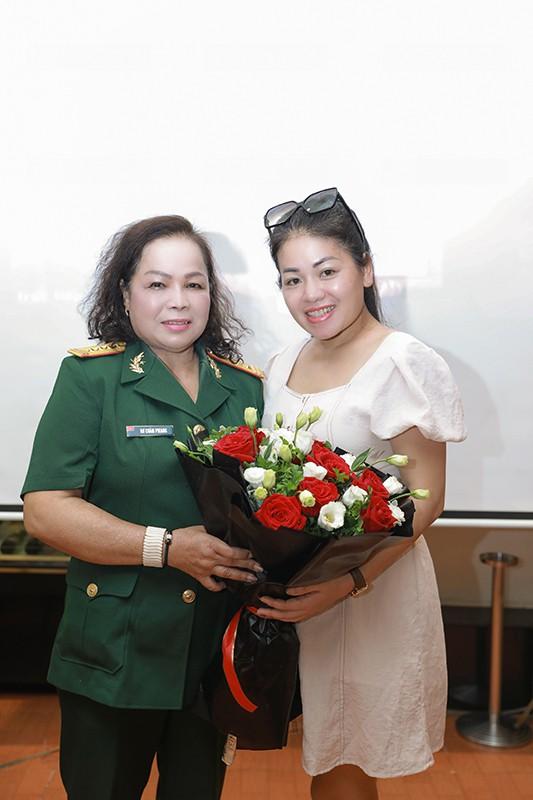 NSND Quang Thọ, Đỗ Hồng Quân tới chúc mừng ca sĩ Rơ Chăm Phiang đạt danh hiệu NSND - Ảnh 4.