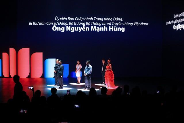 Bộ trưởng TTTT tại sự kiện ra mắt Lotus: Khi nghe anh Tân giới thiệu tôi thấy tại sao người Việt Nam không nghĩ rằng có nhiều Steve Jobs Việt Nam - Ảnh 1.