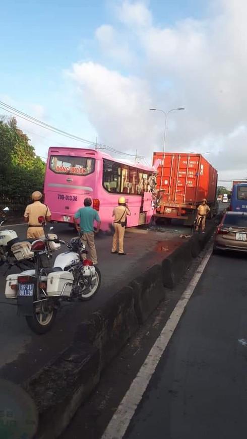 TP.HCM: Xe khách tông vào đuôi xe container khiến nhiều người bị thương - Ảnh 2.
