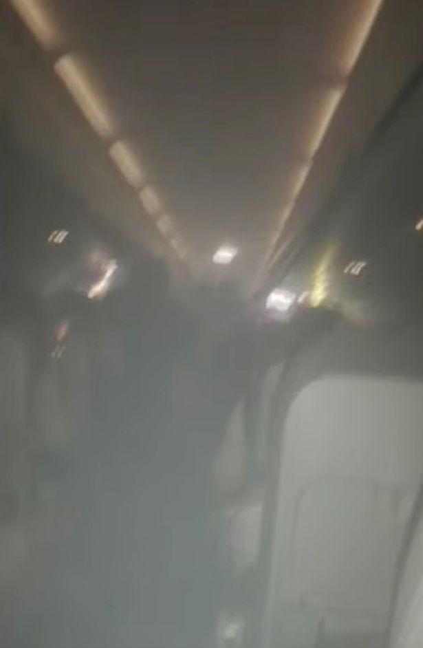 Máy bay bốc cháy khiến hành khách hoảng loạn tột cùng nhưng phản ứng của phi hành đoàn lại gây ức chế - Ảnh 3.