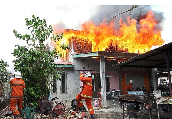 Hai anh em trai châm lửa đốt 12 ngôi nhà vì muốn biết lính cứu hỏa làm việc như thế nào - Ảnh 2.