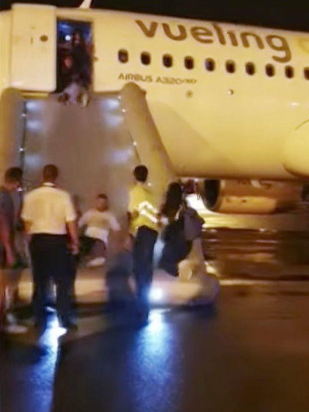 Máy bay bốc cháy khiến hành khách hoảng loạn tột cùng nhưng phản ứng của phi hành đoàn lại gây ức chế - Ảnh 4.
