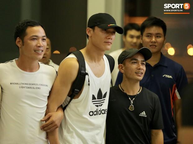 Quang Hải, Tiến Dũng cùng bố mẹ Văn Hậu lên sân bay tiễn cậu út lên đường sang Hà Lan lúc nửa đêm - Ảnh 4.