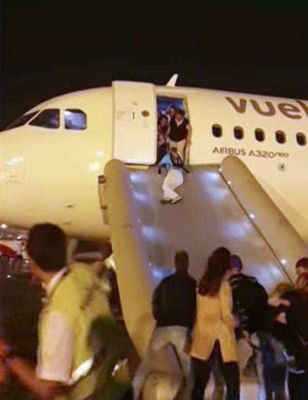 Máy bay bốc cháy khiến hành khách hoảng loạn tột cùng nhưng phản ứng của phi hành đoàn lại gây ức chế - Ảnh 5.