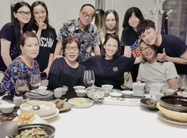 Ngày giỗ Kiều Nhậm Lương, Trần Kiều Ân sang nhà chăm sóc bố mẹ bạn thân khiến ai cũng cảm động - ảnh 5