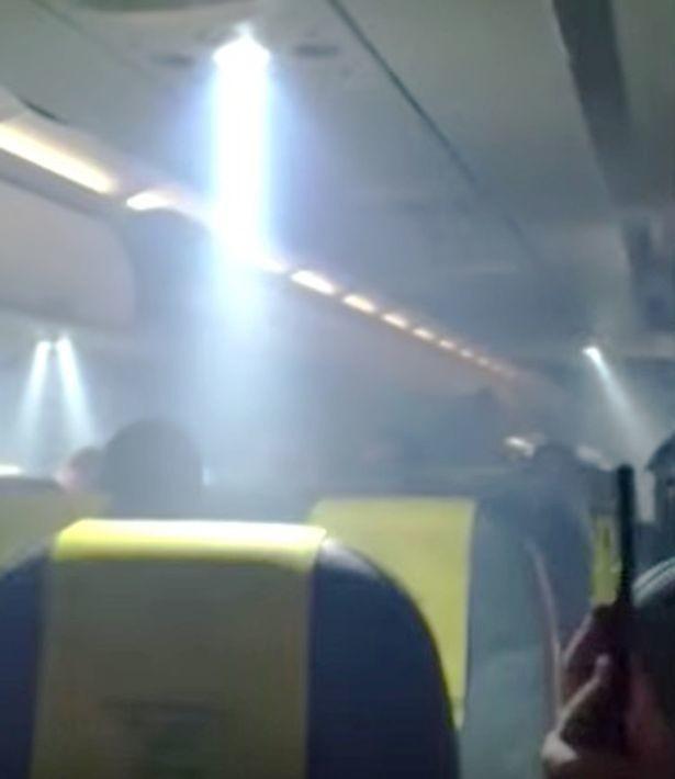 Máy bay bốc cháy khiến hành khách hoảng loạn tột cùng nhưng phản ứng của phi hành đoàn lại gây ức chế - Ảnh 6.