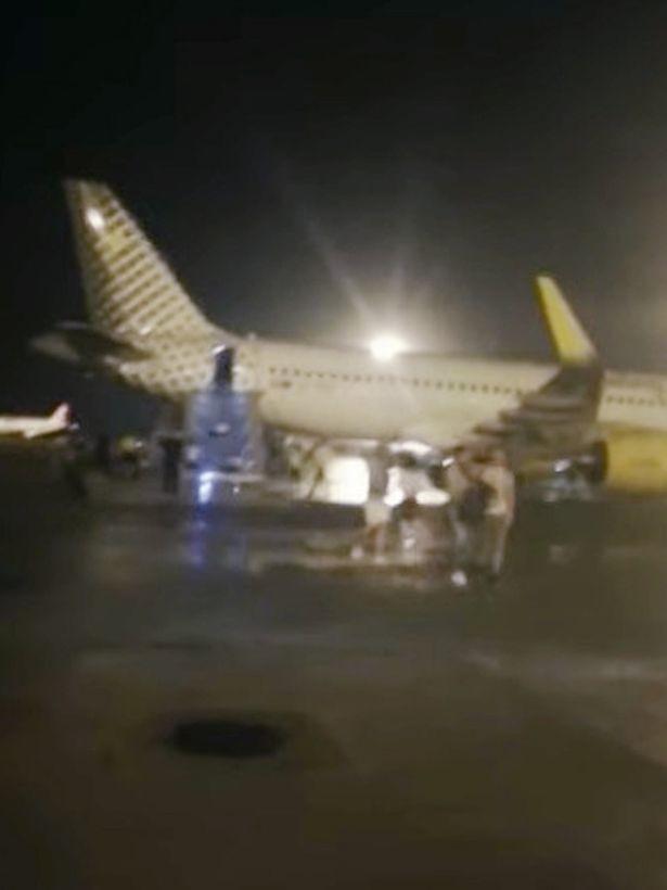 Máy bay bốc cháy khiến hành khách hoảng loạn tột cùng nhưng phản ứng của phi hành đoàn lại gây ức chế - Ảnh 7.
