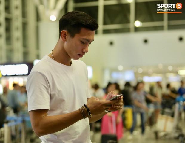 Quang Hải, Tiến Dũng cùng bố mẹ Văn Hậu lên sân bay tiễn cậu út lên đường sang Hà Lan lúc nửa đêm - Ảnh 9.