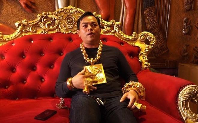 Đại gia Phúc XO: Đeo 20kg vàng giả, mượn ô tô Audi và chiêu trò đánh bóng tên tuổi để kiếm tiền - Ảnh 2.