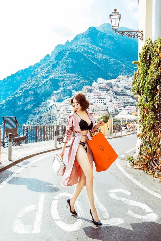 Ngọc Trinh mặc nội y táo bạo, xách túi hiệu đắt đỏ trên đường phố nước ngoài - Ảnh 1.