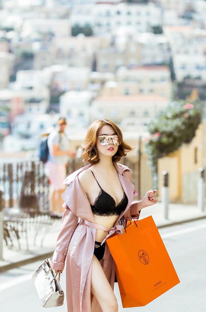 Ngọc Trinh mặc nội y táo bạo, xách túi hiệu đắt đỏ trên đường phố nước ngoài - Ảnh 2.