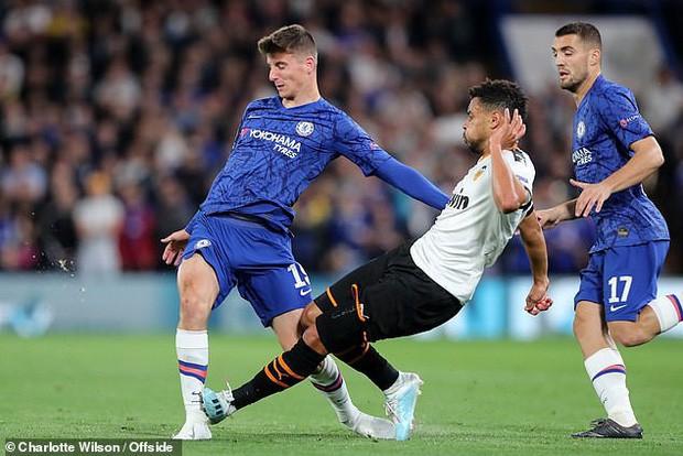 Bàng hoàng khi chứng kiến cổ chân của sao Chelsea bị bẻ cong rùng rợn sau cú đạp nguy hiểm của đối thủ - Ảnh 1.