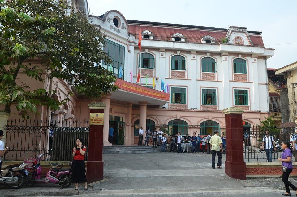 VZN News: Hà Giang xét xử gian lận điểm thi THPT 2018: Vắng 122 người, LS đề nghị xem xét tính hợp pháp của thư triệu tập - Ảnh 7.