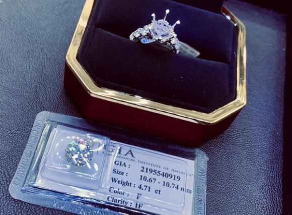 Kỷ niệm 25 năm ngày cưới, nữ hoàng ảnh lịch Diễm My được chồng tặng nhẫn kim cương 5 tỷ đồng - ảnh 1