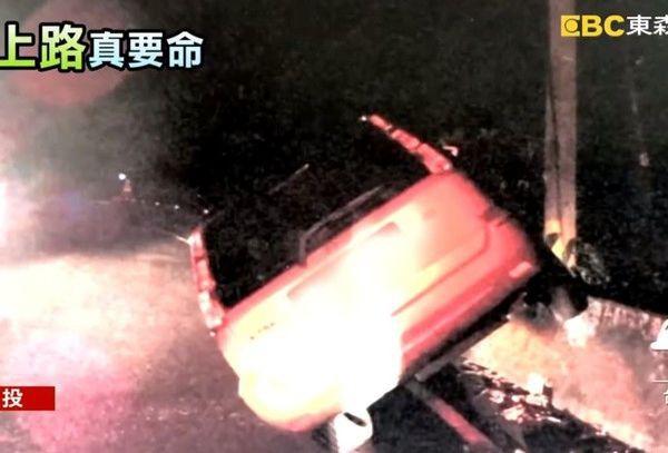 Say xỉn lái ô tô lao lên cả rào chắn đường, người đàn ông bị mắc kẹt… ngủ luôn trong xe - Ảnh 1.