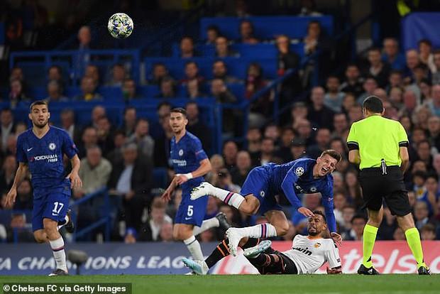 Bàng hoàng khi chứng kiến cổ chân của sao Chelsea bị bẻ cong rùng rợn sau cú đạp nguy hiểm của đối thủ - Ảnh 3.