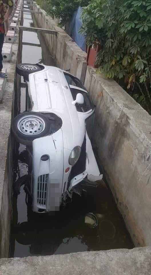 Hiện trường vụ tai nạn ô tô kỳ lạ, dân mạng hoang mang hỏi: Đi kiểu gì mà thành thế này? - Ảnh 2.