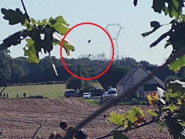 Tiêm kích F-16 gặp nạn, phi công nhảy dù khẩn cấp nhưng lại vướng vào dây điện cao thế - Ảnh 1.