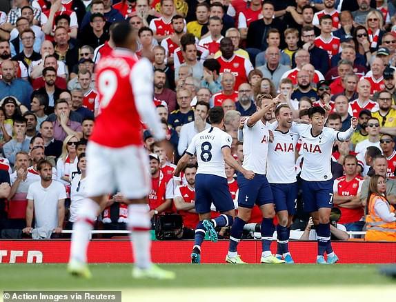 Nổ pháo rợp trời, Arsenal hút chết trong trận derby căng như dây đàn - Ảnh 3.