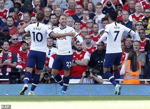 Nổ pháo rợp trời, Arsenal hút chết trong trận derby căng như dây đàn - Ảnh 2.