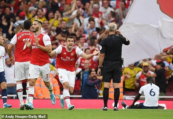 Nổ pháo rợp trời, Arsenal hút chết trong trận derby căng như dây đàn - Ảnh 10.