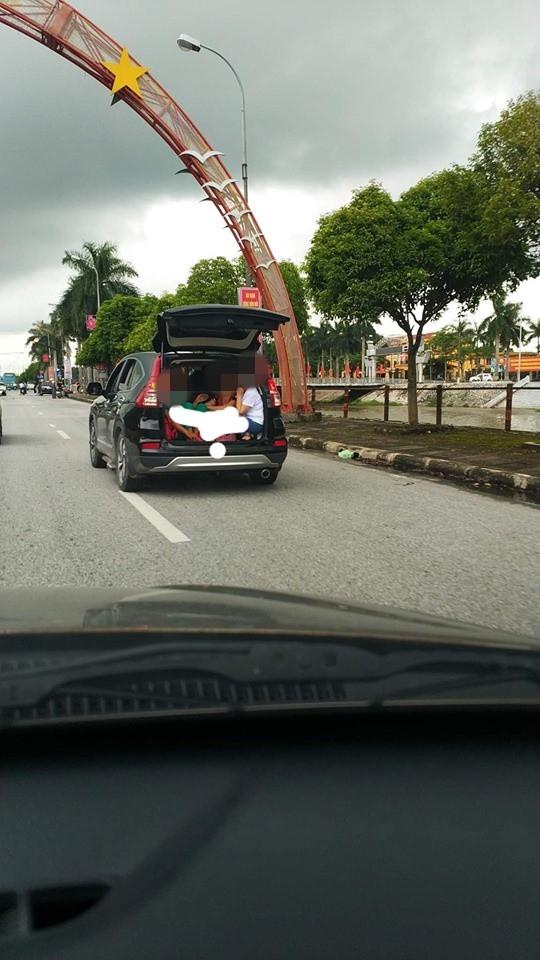 Chiếc xe bật mở cửa sau và hình ảnh 3 người phụ nữ khiến cả phố phải ngoái nhìn - Ảnh 1.