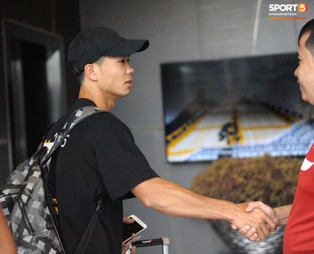 Công Phượng hối hả về Bangkok hội quân, truyền thông Thái Lan ngó lơ ngôi sao của tuyển Việt Nam - Ảnh 2.