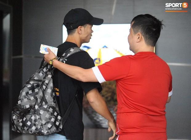 Công Phượng hối hả về Bangkok hội quân, truyền thông Thái Lan ngó lơ ngôi sao của tuyển Việt Nam - Ảnh 3.